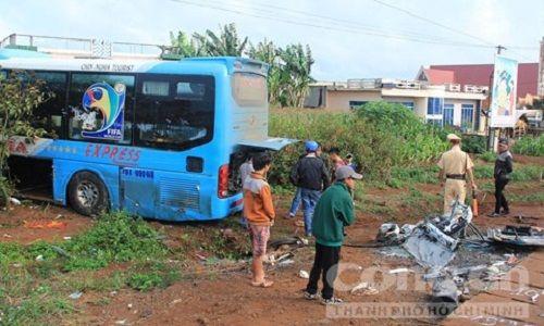 Xe khách cố vượt xe đầu kéo, 3 người thương vong - Ảnh 1