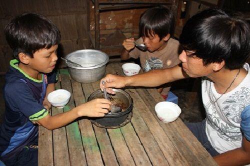 Xót xa cảnh 3 anh em côi cút, đói rách trong căn nhà sắp sập - Ảnh 1