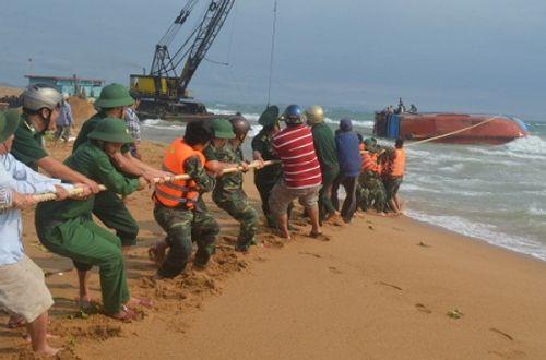 Lai dắt nhiều tàu cá của ngư dân Phú Yên mắc cạn khi ra khơi - Ảnh 1