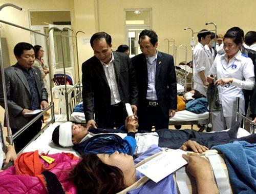 Quảng Ninh: Xe ô tô chở 34 khách lật nghiêng, 4 người bị thương - Ảnh 2