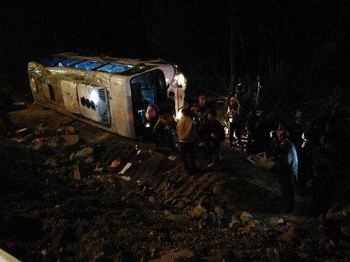Quảng Ninh: Xe ô tô chở 34 khách lật nghiêng, 4 người bị thương - Ảnh 1