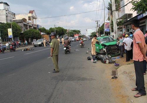 Taxi chở bệnh nhân đi cấp cứu gây tai nạn liên hoàn - Ảnh 1