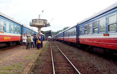Cháy đầu máy tàu hỏa, đường sắt Bắc - Nam tê liệt trong nhiều giờ - Ảnh 1
