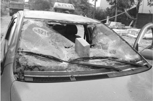 Làm rõ vụ vây đánh người, đập nát xe taxi  - Ảnh 1