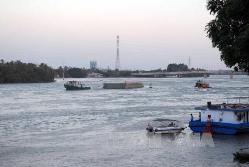 Tìm kiếm nạn nhân mất tích trong vụ sà lan đâm mủng tại Quảng Ninh - Ảnh 1