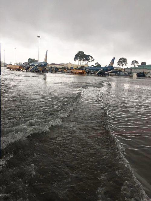 Mưa lớn, đường phố TP HCM tái diễn cảnh ngập trong biển nước - Ảnh 5