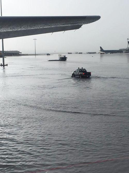 Mưa lớn, đường phố TP HCM tái diễn cảnh ngập trong biển nước - Ảnh 4