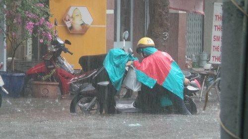 Mưa lớn, đường phố TP HCM tái diễn cảnh ngập trong biển nước - Ảnh 1
