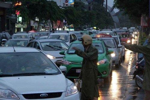 Mưa lớn, đường phố TP HCM tái diễn cảnh ngập trong biển nước - Ảnh 3
