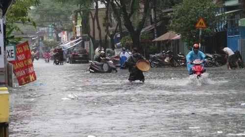 Mưa lớn, đường phố TP HCM tái diễn cảnh ngập trong biển nước - Ảnh 2