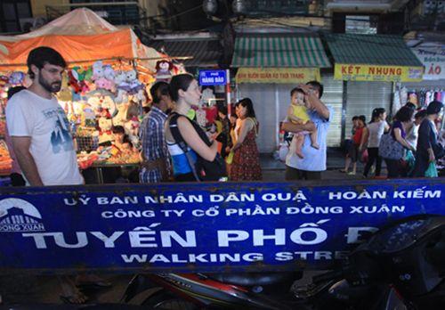 Hà Nội: Vẫn cấm ôtô, xe máy vào phố đi bộ quanh Hồ Gươm - Ảnh 1