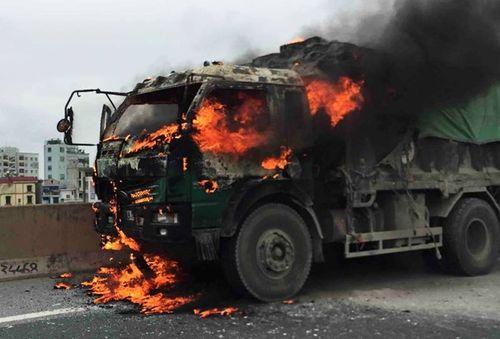 Tài xế nhảy khỏi cabin xe tải đang bốc cháy - Ảnh 1