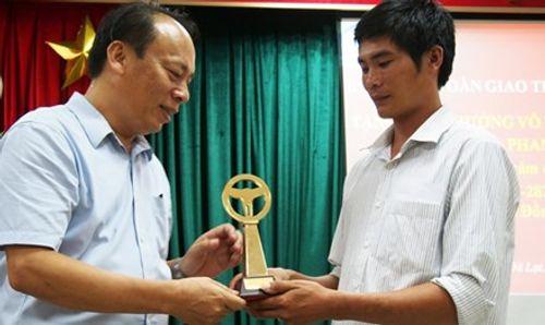 Trao cúp Vô lăng vàng cho tài xế cứu xe khách mất thắng trên đèo Bảo Lộc - Ảnh 1