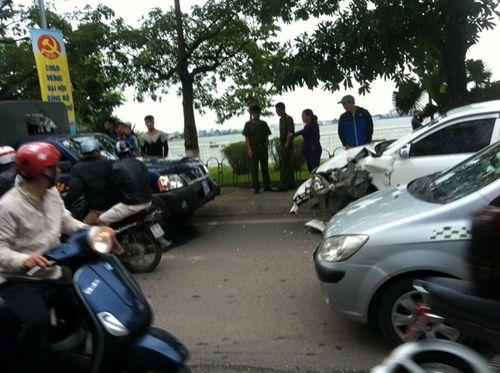 Lái xe biển xanh gây tai nạn ven hồ Tây - Ảnh 1