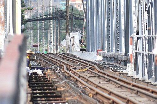 Sà lan đâm cầu Bình Lợi, đường sắt Bắc - Nam tê liệt nhiều giờ - Ảnh 1