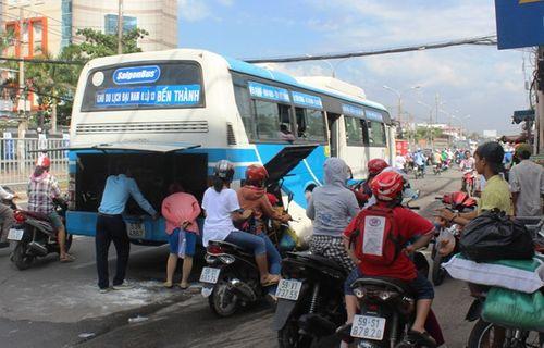 40 hành khách hoảng loạn tháo chạy khỏi xe buýt bốc cháy - Ảnh 1