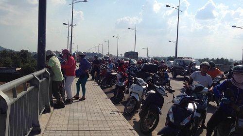 Đã thấy xác cô gái bỏ lại xe máy, nhảy sông Đồng Nai tự tử - Ảnh 1