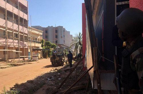 Tấn công khách sạn ở Mali: Khủng bố nhận trách nhiệm - Ảnh 5