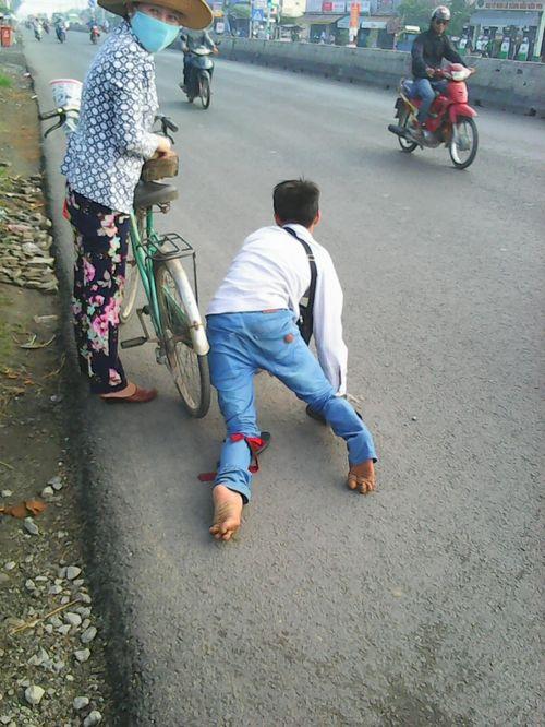 Bị giật 108 tờ vé số, thanh niên tàn tật ngồi khóc bên đường - Ảnh 1