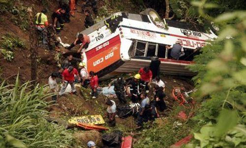 Tai nạn xe buýt kinh hoàng ở Nepal làm 65 người thương vong - Ảnh 1