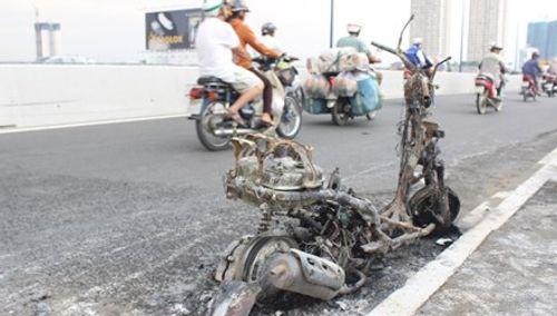 Xe đang đi cháy rụi trên cầu Sài Gòn, thiếu nữ vội vứt xe bỏ chạy - Ảnh 1