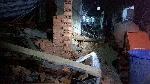 Mưa lớn gây sập nhà tại TP HCM, 11 người thương vong - Ảnh 1