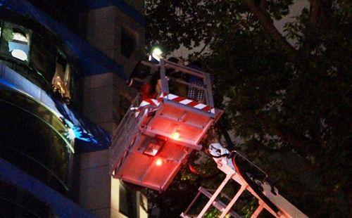 Cứu sống 11 người mắc kẹt trong khách sạn bốc cháy ở Sài Gòn - Ảnh 1