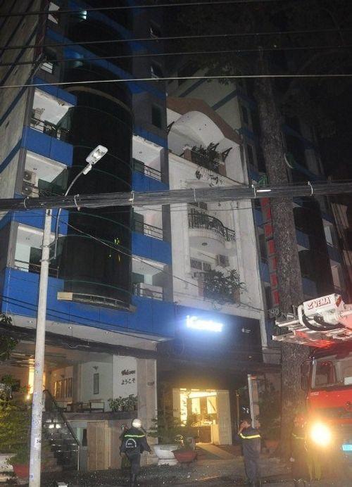 Cứu sống 11 người mắc kẹt trong khách sạn bốc cháy ở Sài Gòn - Ảnh 2