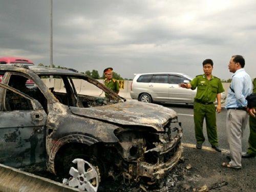 """Ôtô 7 chỗ cháy """"trơ khung"""" trên cao tốc TP.HCM - Trung Lương - Ảnh 1"""