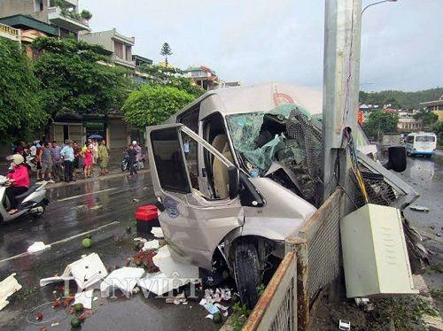 Quảng Ninh: Xe khách đâm cột đèn quảng cáo, 8 người nhập viện - Ảnh 1