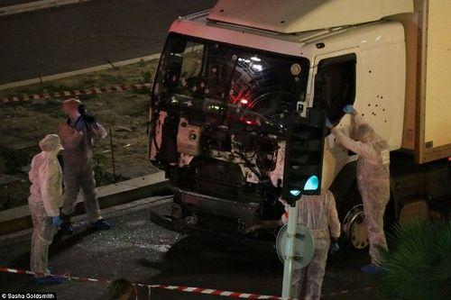 Vụ khúng bố đúng dịp Quốc khánh Pháp, ít nhất 84 người chết - Ảnh 11