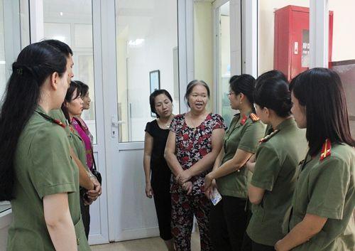 Thăm nữ chiến sĩ công an từ chối điều trị ung thư dành sự sống cho con - Ảnh 1