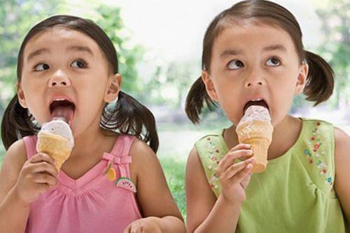 """Để không bị """"ho rũ ruột"""", đừng ăn kem theo cách này - Ảnh 1"""