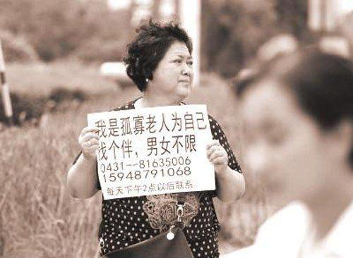 Bà lão 69 tuổi giơ biển tuyển bạn đời giữa phố - Ảnh 1