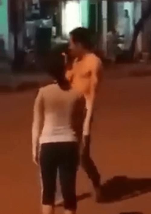 Đau lòng chứng kiến cảnh vợ để yên cho chồng quát tháo, bắt quỳ và đạp giữa phố - Ảnh 2