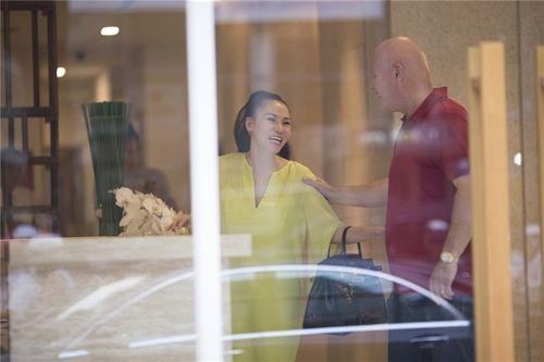 Chồng Tây ngọt ngào hôn Thu Minh khi đưa vợ đi làm đẹp - Ảnh 10