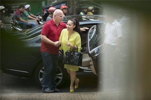 Chồng Tây ngọt ngào hôn Thu Minh khi đưa vợ đi làm đẹp - Ảnh 5