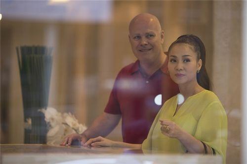 Chồng Tây ngọt ngào hôn Thu Minh khi đưa vợ đi làm đẹp - Ảnh 7