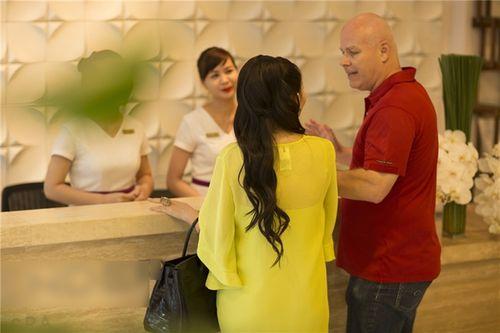 Chồng Tây ngọt ngào hôn Thu Minh khi đưa vợ đi làm đẹp - Ảnh 8