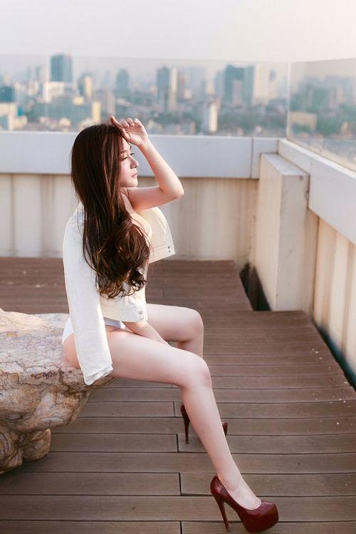 """""""Bạn gái"""" Khánh Phương lại tung ảnh nóng dịp 8/3 - Ảnh 2"""