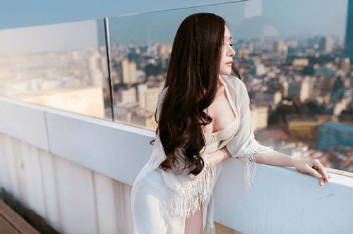 """""""Bạn gái"""" Khánh Phương lại tung ảnh nóng dịp 8/3 - Ảnh 1"""