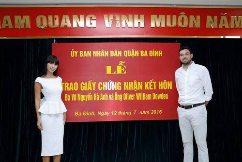 Hà Anh và chồng Tây hạnh phúc khoe giấy chứng nhận kết hôn - Ảnh 1