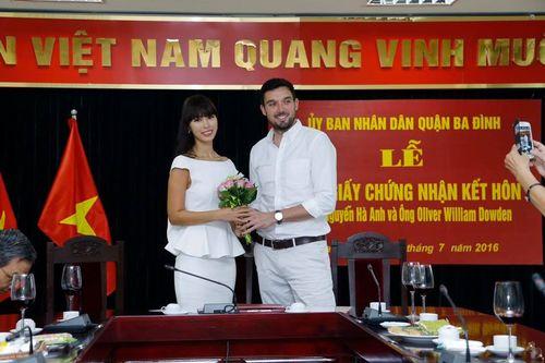 Hà Anh và chồng Tây hạnh phúc khoe giấy chứng nhận kết hôn - Ảnh 3