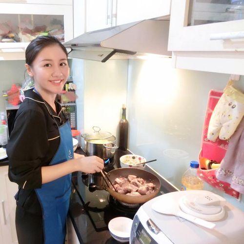 """Facebook sao: Elly Trần khoe vòng 3 """"khủng"""", Tăng Thanh Hà như quý cô sành điệu - Ảnh 3"""