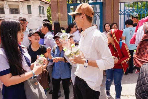 Soobin Hoàng Sơn đội nắng phát 5000 chai nước cho sĩ tử - Ảnh 1