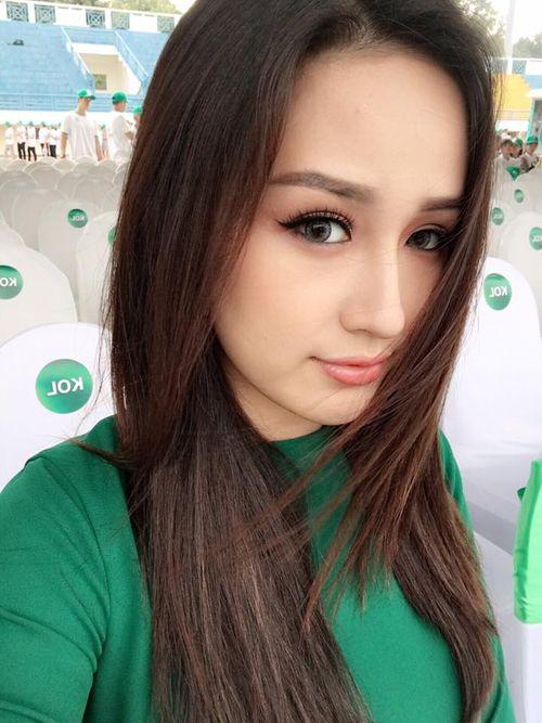 """Facebook sao: Bà Tưng khoe vòng 1 """"trứ danh"""", Phạm Hương thân thiết với Lan Khuê - Ảnh 2"""