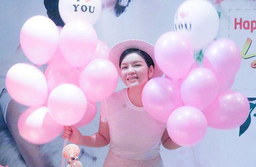 """Facebook sao: Bà Tưng khoe vòng 1 """"trứ danh"""", Phạm Hương thân thiết với Lan Khuê - Ảnh 10"""