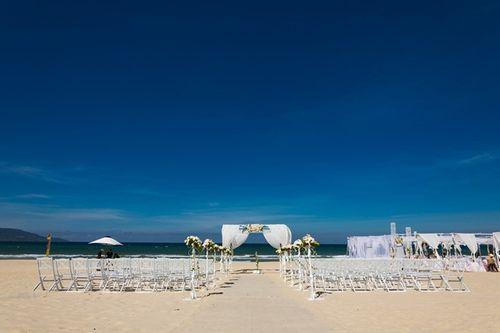 Vợ chồng Hà Anh đi trực thăng đến hôn lễ ở bãi biển Đà Nẵng - Ảnh 1