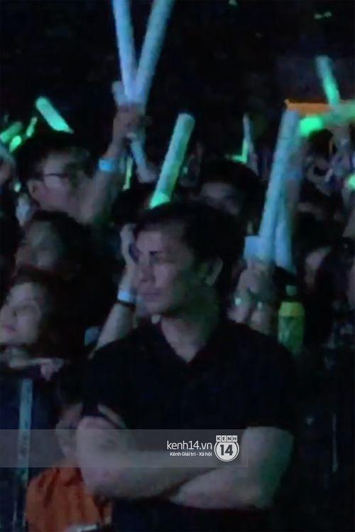 Đại gia Chu Đăng Khoa lặng lẽ đứng một góc sân khấu xem Hà Hồ biểu diễn - Ảnh 3