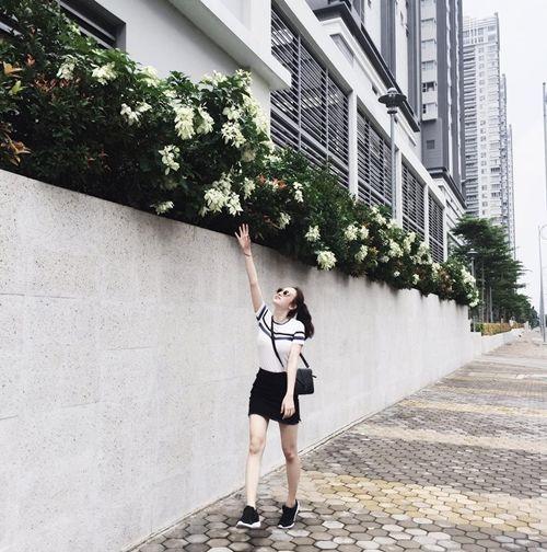Facebook sao: Hạ Vi - Ngô Thanh Vân đọ sắc, Vy Oanh khoe vòng một lấp ló - Ảnh 4